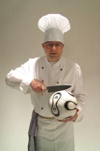 Jan in Kochjacke mit Fussball