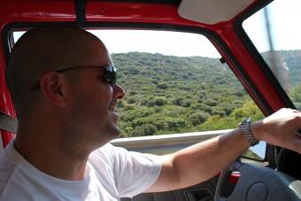 Karsten am Steuer des Jeeps